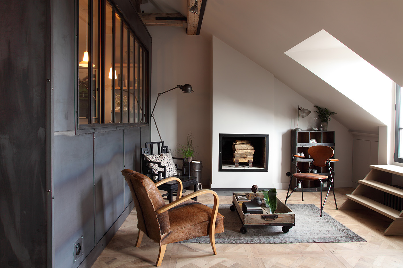 fauteuil devant chemine ralisation duun grand salon design ferm avec un mur blanc bton au sol. Black Bedroom Furniture Sets. Home Design Ideas