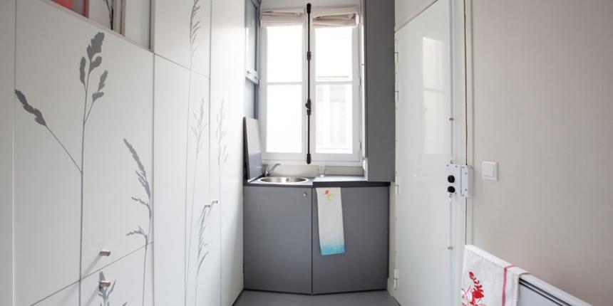 un am nagement tr s astucieux dans une chambre de bonne parisienne madame d core. Black Bedroom Furniture Sets. Home Design Ideas